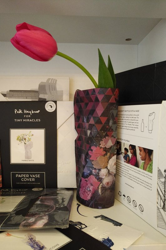 Цвете за Нея във ваза с арт дреха от КИБЕА. От нас – подарък книга